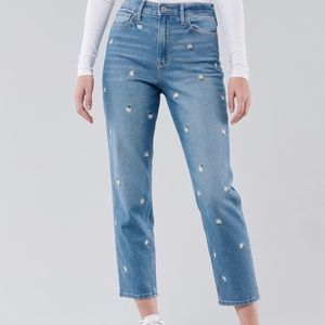 Hollister embroidered mom jeans! 💛